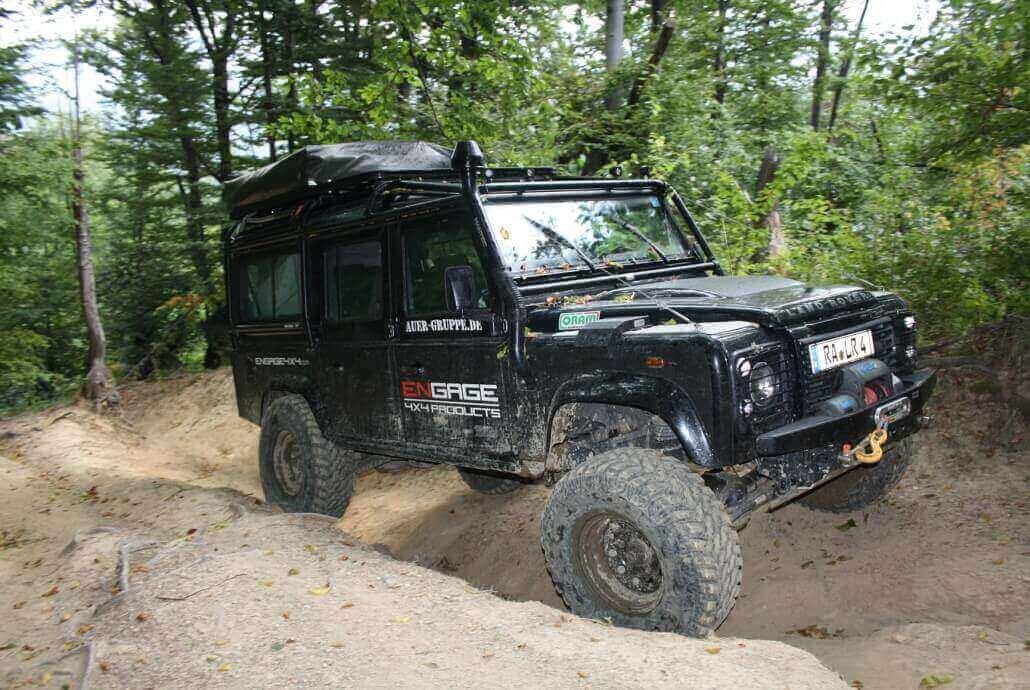 Expeditions-Defender mit Überrollkäfig