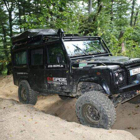 4WARD4X4 Defender with roll cage